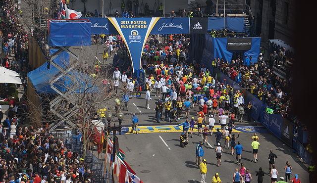 Boston, 16 kwietnia 2013 roku. Zdjęcie wykonane w miejscu wybuchu pierwszej bomby, na 54 minuty przed eksplozją