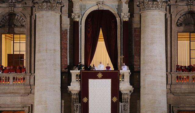 Nowy papież tuż po elekcji, 13 marca 2013 r.