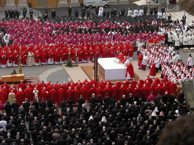 Kardynałowie na pogrzebie Jana Pawła II, 8 kwietnia 2005 r.