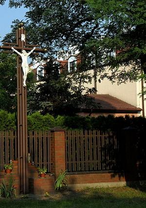 Widok na jedną ze szkół i krzyż przyszkolny w Brwinowie (woj. mazowieckie)