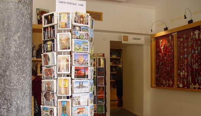 Wnętrze sklepu z dewocjonaliami w La Salette