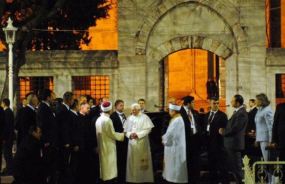 Benedykt XVI wraz z muzułmańskimi duchownymi przed Błękitnym Meczetem w Stambule