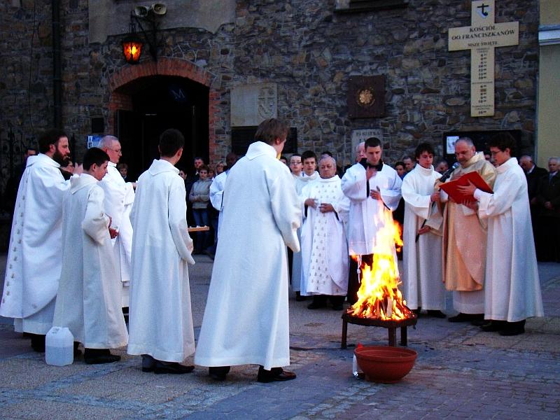 Triduum Paschalne: Franciszkanie przygotowują liturgię światła w Sanoku w 2010 roku.